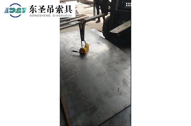手动磁力吊起吊钢板.jpg